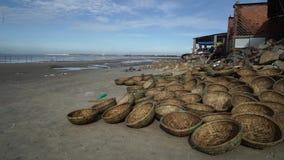 Viele von den Körben ausgesetzt der Sonne auf Seeküste, Fischerdorf langes Hai stock video