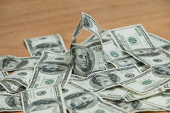 Viele von hundert Dollarbanknoten auf dem Tisch zerstreut Stockfotografie