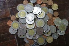 Viele von Silber- und Goldmünzen des thailändischen Baht für Geschäfts-, Finanz- und Bankwesenkonzept Stockbild