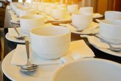 Viele weißen Kaffeetassen, die auf das Dienen mit warmem hellem E-F warten Stockfotos