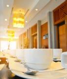 Viele weißen Kaffeetassen, die auf das Dienen mit warmem hellem E-F warten Lizenzfreies Stockbild
