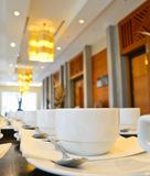Viele weißen Kaffeetassen, die auf das Dienen warten Lizenzfreies Stockbild