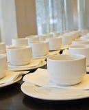 Viele weißen Kaffeetassen, die auf das Dienen warten Lizenzfreie Stockfotos