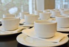 Viele weißen Kaffeetassen, die auf das Dienen warten Lizenzfreie Stockbilder
