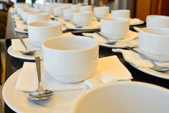 Viele weißen Kaffeetassen, die auf das Dienen warten Stockfoto