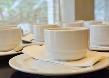Viele weißen Kaffeetassen, die auf das Dienen warten Stockfotografie