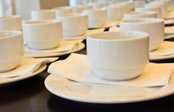 Viele weißen Kaffeetassen, die auf das Dienen warten Lizenzfreies Stockfoto