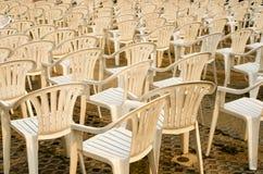 Viele weißen Plastikstühle stockbilder
