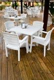 Viele weißen Plastikstühle und Tabellen Stockfoto