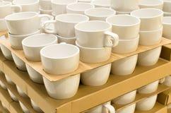 Viele weißen Teeschalen im Lagerhaus stockfotografie