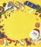 Viele Weihnachtsdekorationen und -spielwaren auf gelbem Hintergrund S lizenzfreie stockbilder
