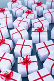 Viele Weihnachtsgeschenke auf reflektierender Oberfläche Lizenzfreie Stockfotografie