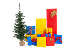 Viele Weihnachtsgeschenke mit Baum Stockfotos