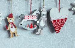 Viele Weihnachtsspielwaren Abstraktes Hintergrundmuster der weißen Sterne auf dunkelroter Auslegung Neues Jahr feiertag Lizenzfreies Stockfoto
