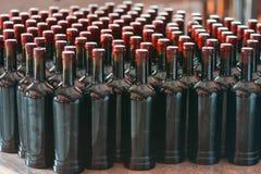 Viele Weinflaschen ordentlich vereinbart stockfotografie