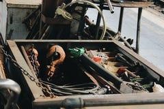 Viele Werkzeuge auf schmutzigem Boden, stellten Handwerkerwerkzeug, mechanische Werkzeuge ein stockfotografie