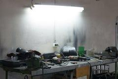 Viele Werkzeuge, die auf einer Tabelle in der Garage liegen lizenzfreies stockbild