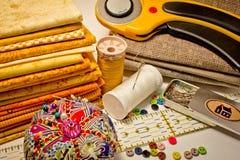Viele Werkzeuge für Patchwork im Gelb Stockbild