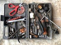 Viele Werkzeuge für Verlegenheit im Kasten stockfotos