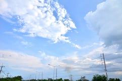 Viele Wolken im hellen blauen Himmel Lizenzfreies Stockfoto