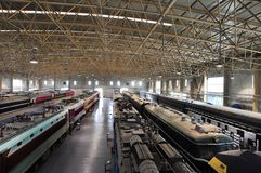 Viele Züge stoppen nebeneinander im Zugmuseum stockfotografie