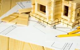 Viele Zeichnungen für das Errichten, die Bleistifte und kleines Lizenzfreies Stockfoto