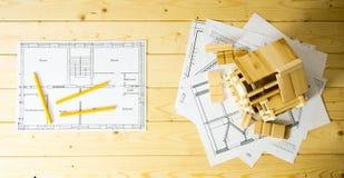 Viele Zeichnungen für das Errichten, die Bleistifte und kleines Stockbild