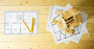 Viele Zeichnungen für das Errichten, die Bleistifte und kleines Stockbilder