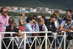Viele Zuschauer und Sportfans sind auf dem Pier und warten auf die russische Aquabike-Meisterschaft, um anzufangen lizenzfreie stockfotografie