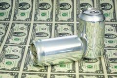 Viele zwei Dollarscheine und leeren Dosen des Getränkes Lizenzfreie Stockbilder