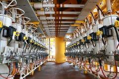 Vielfältige Linie der Öl- und Gasproduktion, die durch Programm oder Technikererdöl steuerte Die Ventilfunktion zu schließen und  stockbild