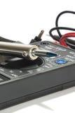 Vielfachmessgerätinstrument mit Drähten auf dem weißen Hintergrund Lizenzfreie Stockfotos