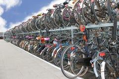 Vielfahrräder am Parkplatz innen Lizenzfreie Stockbilder