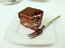Vielschichtiger Spartak Cake auf der Platte Lizenzfreie Stockbilder