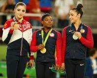 Vielseitige Gymnastikmedaillengewinner in Rio 2016 Olympics Aliya Mustafina von Russland (L), Simone Biles und Aly Raisman von US stockbilder