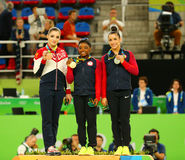 Vielseitige Gymnastiksieger in Rio 2016 Olympische Spiele Aliya Mustafina L, Simone Biles und Aly Raisman während der Medaillenze Stockfotos