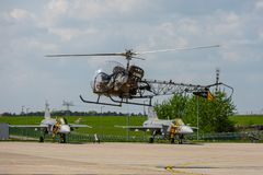 Vielseitiger heller Hubschrauber Bell 47 des Starts lizenzfreie stockfotografie