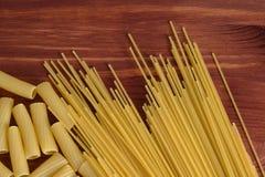 Vielzahl der Arten und der Formen der italienischen Teigwaren Trockenes Teigwaren backgrou Lizenzfreie Stockbilder