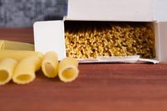 Vielzahl der Arten und der Formen der italienischen Teigwaren Trockenes Teigwaren backgrou Stockfoto
