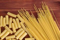 Vielzahl der Arten und der Formen der italienischen Teigwaren Trockenes Teigwaren backgrou Stockbilder
