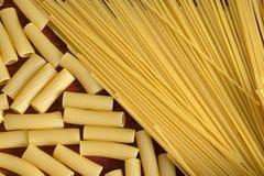 Vielzahl der Arten und der Formen der italienischen Teigwaren Trockenes Teigwaren backgrou Stockbild