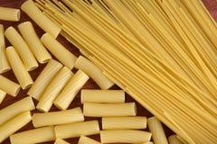 Vielzahl der Arten und der Formen der italienischen Teigwaren Trockenes Teigwaren backgrou Lizenzfreies Stockbild