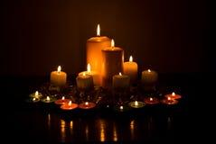 Vielzahl der Kerzeleuchten stockbilder