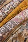 Vielzahl der orientalischen Gewebe Stockfotos