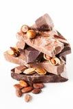 Vielzahl der Schokolade mit Nüssen auf Weiß. Stockfotografie