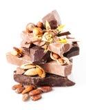 Vielzahl der Schokolade. Stücke lokalisiert auf weißem Hintergrund. Abschluss Lizenzfreie Stockfotos