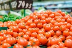 Vielzahl der Tomaten in den Flugschreibern im Supermarkt Lizenzfreie Stockfotos