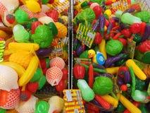 Vielzahl des bunten Plastikgemüses stockfotos