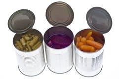 Vielzahl des eingemachten Gemüses in den Dosen Stockfotos
