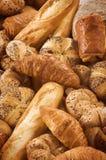 Vielzahl des frischen Brotes und des Gebäcks Stockbild